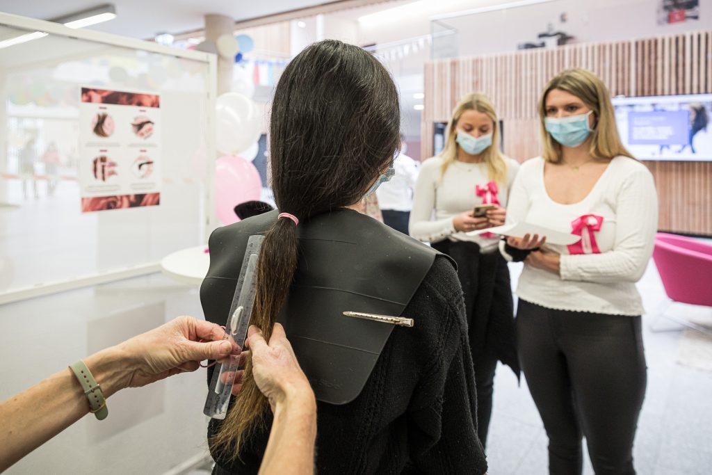 Nos deux coiffeuses présentes sur l'évènement ont réalisé 17 coupes de cheveux au cours de l'après-midi