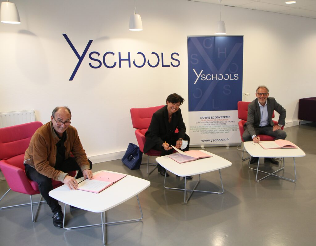 Laurent Allard, Sandra Demarquet et Francis Bécard lors de la signature du renouvellement de la convention de partenariat entre la BPALC et Y SCHOOLS. Les masques ont été enlevées uniquement le temps des photos.